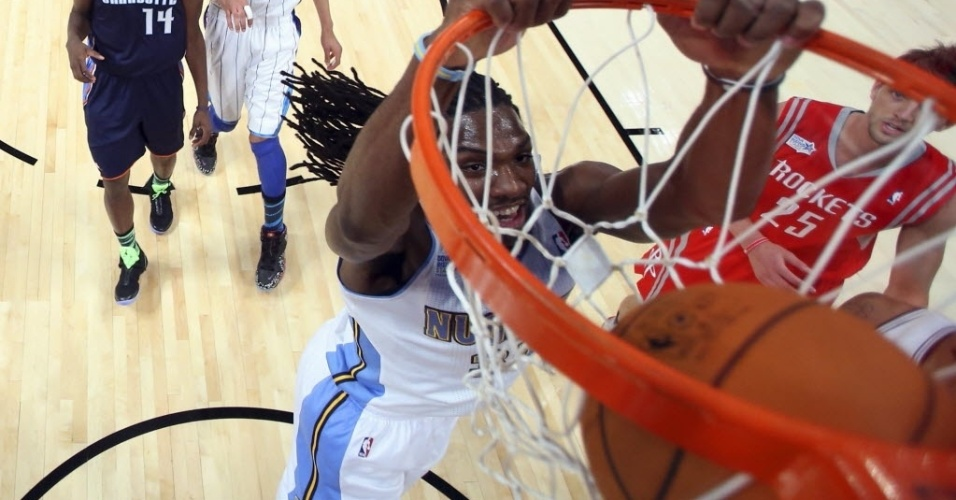 15.fev.2013 - Kenneth Faried, eleito o MVP do jogo dos novatos do All-Star Game da NBA, enterra durante a partida