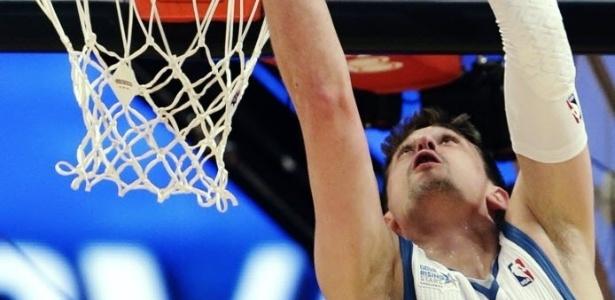 15.fev.2013 - O russo Alexey Shved enterra de costas durante o Rising Stars Challenge, a partida dos novatos da NBA no fim de semana das estrelas