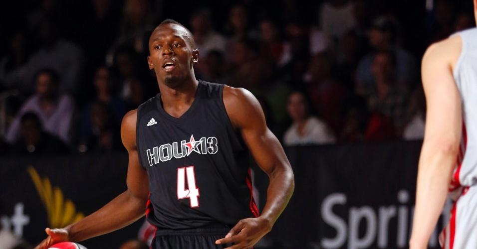 15.fev.2013 - Usain Bolt bate bola e mostra jeito para o basquete no jogo das celebridades do All-Star Game 2013