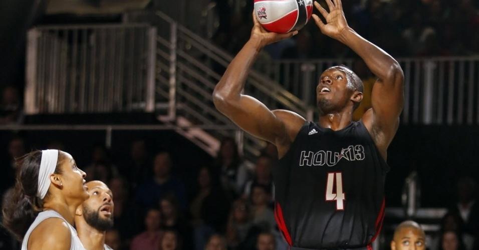 15.fev.2013 - Usain Bolt tenta arremesso durante o jogo das celebridades da NBA; ele se destacou pelo atleticismo e por uma bela enterrada
