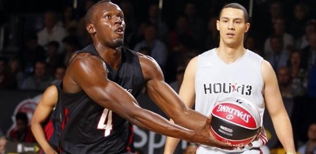 15.fev.2013 - Usain Bolt tenta bandeja na partida das celebridades do All-Star Game da NBA; apesar de enterrada, ele não foi eleito o MVP da partida