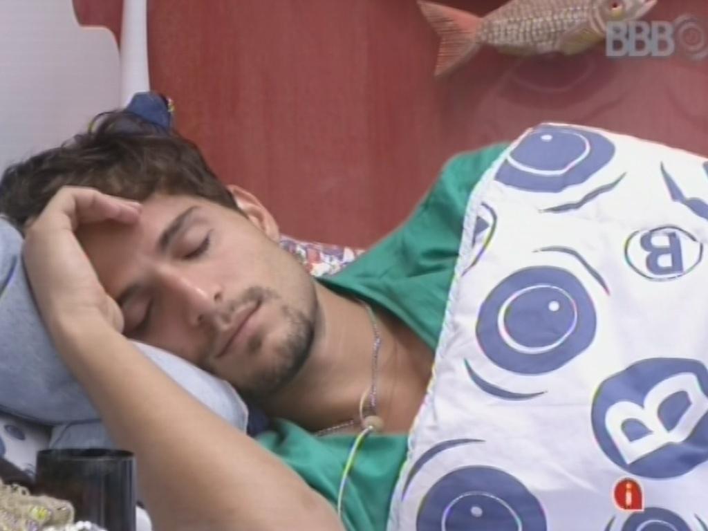 16.fev.2013 - André descansa após conversar com Fernanda sobre op próximo paredão