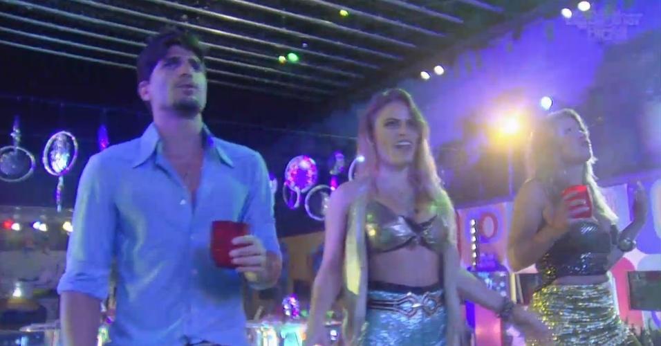 16.fev.2013 - André, Natália e Fani dançam durante show de Leo Jaime na festa Disco