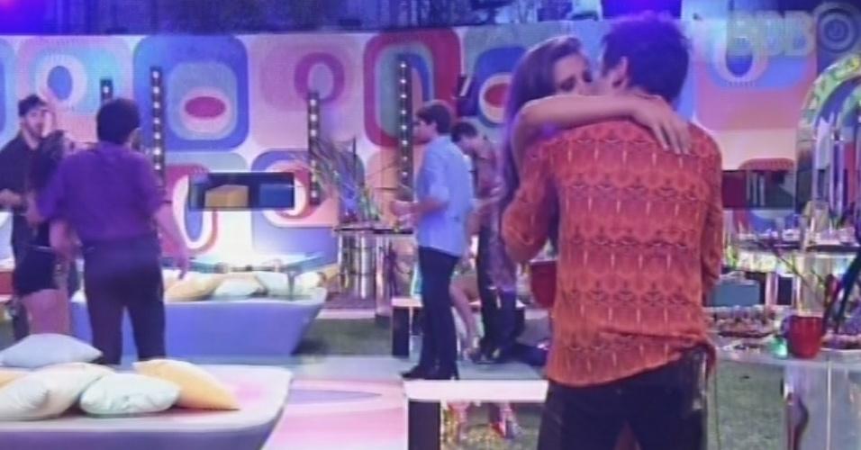 16.fev.2013 - Andressa e Nasser se beijam na festa Disco