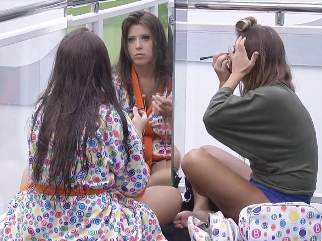 16.fev.2013 - Andressa e Natália se maquiam antes da festa deste sábado