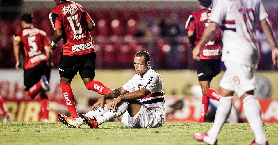 16.fev.2013 - Atacante Luís Fabiano, do São Paulo, fica no chão após sofrer falta durante a partida contra o Ituano, válida pela 8ª rodada do Campeonato Paulista
