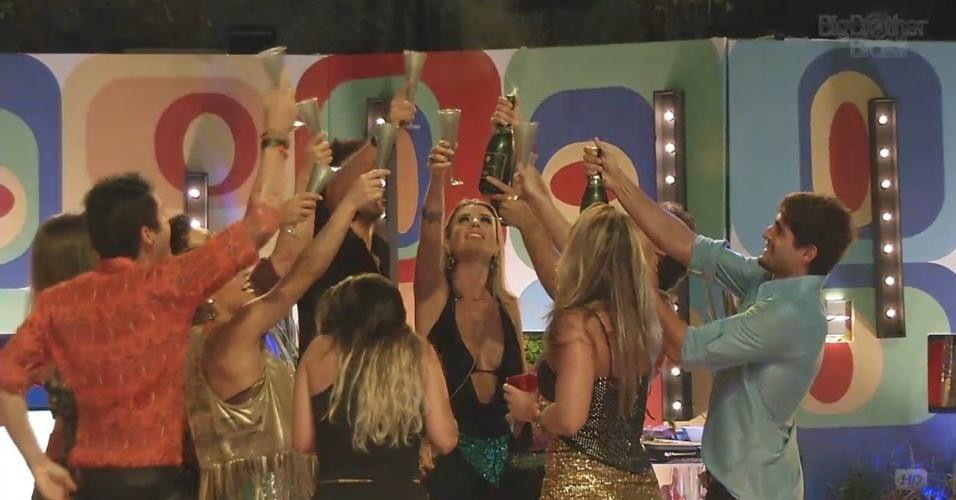 """16.fev.2013 - Brothers fazem brinde na festa Disco e gritam """"Kamilla vai voltar"""""""
