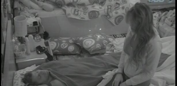 16.fev.2013 - Sentada na cama, Kamilla observa seu amado Eliéser enquanto o brother dorme