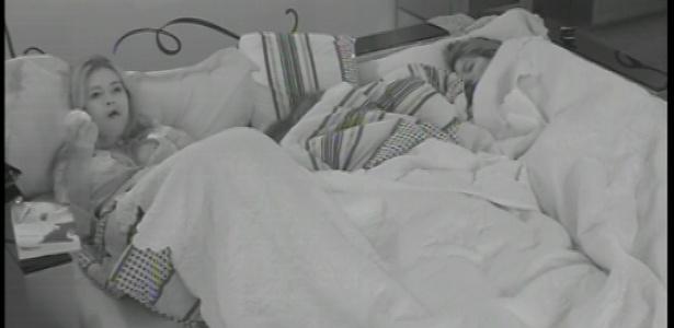 16.fev.2013 - Deitada na cama junto com a líder Anamara, Fani comeu uma maçã
