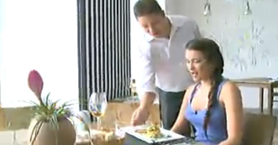 16.fev.2013 - Kamilla almoça e diz que está comendo melhor do que quando foi líder