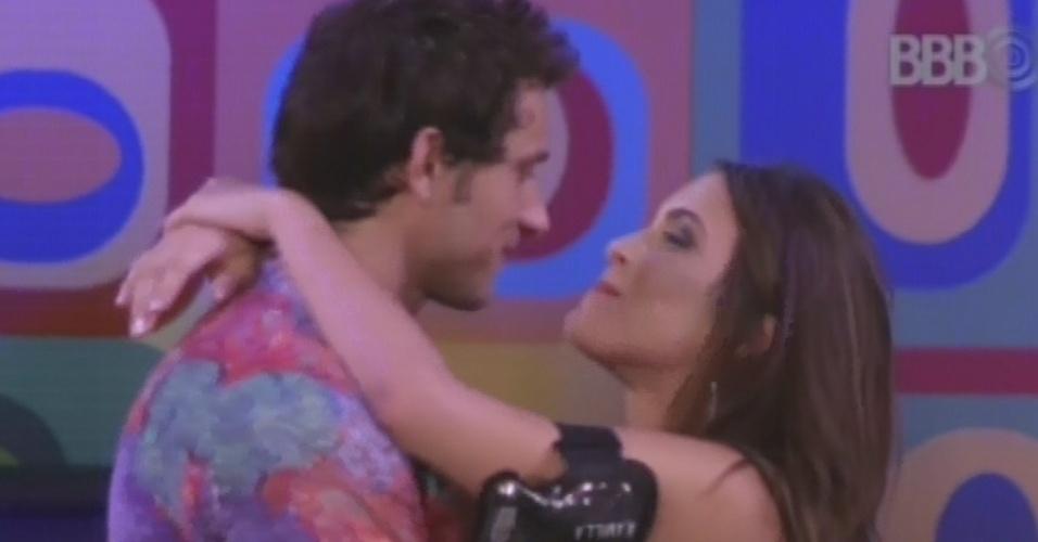 16.fev.2013 - Kamilla dá um abraço em Eliéser ao voltar para a casa do