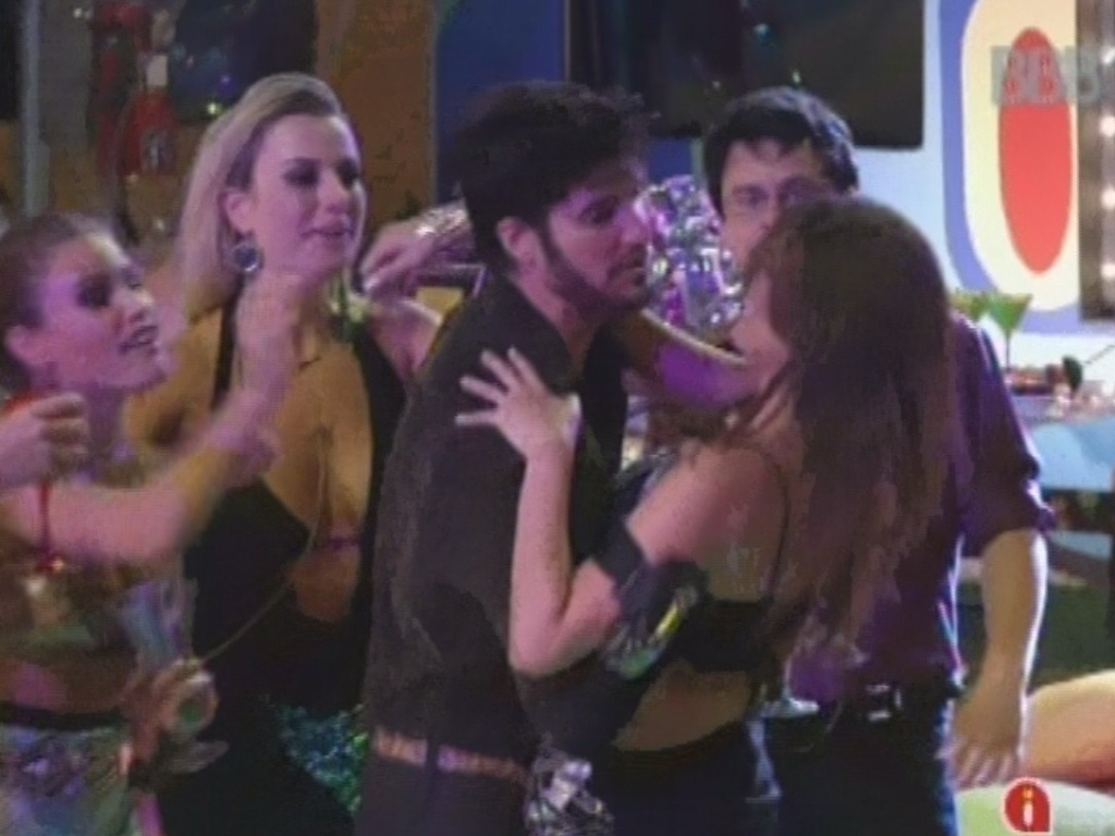 16.fev.2013 - Kamilla é recebida por brothers e ganha abraço de Marcello após reaparecer na casa