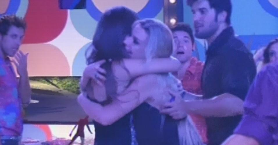 16.fev.2013 - Kamilla reaparece na casa após dia em hotel e recebe abraço de Fernanda