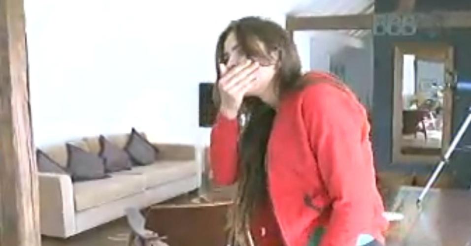 16.fev.2013 - Kamilla se surpreende ao ver o hotel me que passará o dia