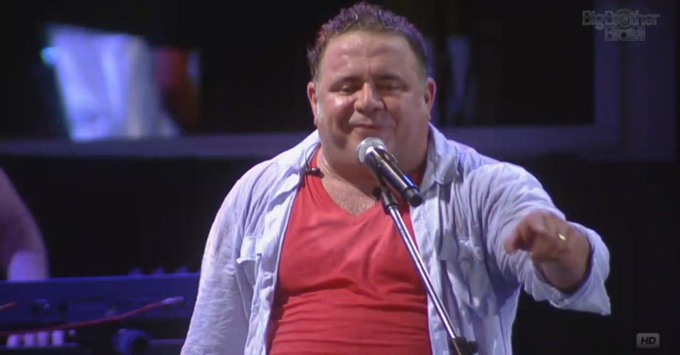 """16.fev.2013 - Leo Jaime anima festa Disco com sucessos dos anos 1980. Ele cantou """"Conquistador Barato"""" e """"Sete Vampiras"""""""