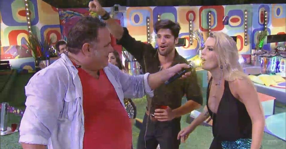 16.fev.2013 - Leo Jaime dá o microfone para Fernanda