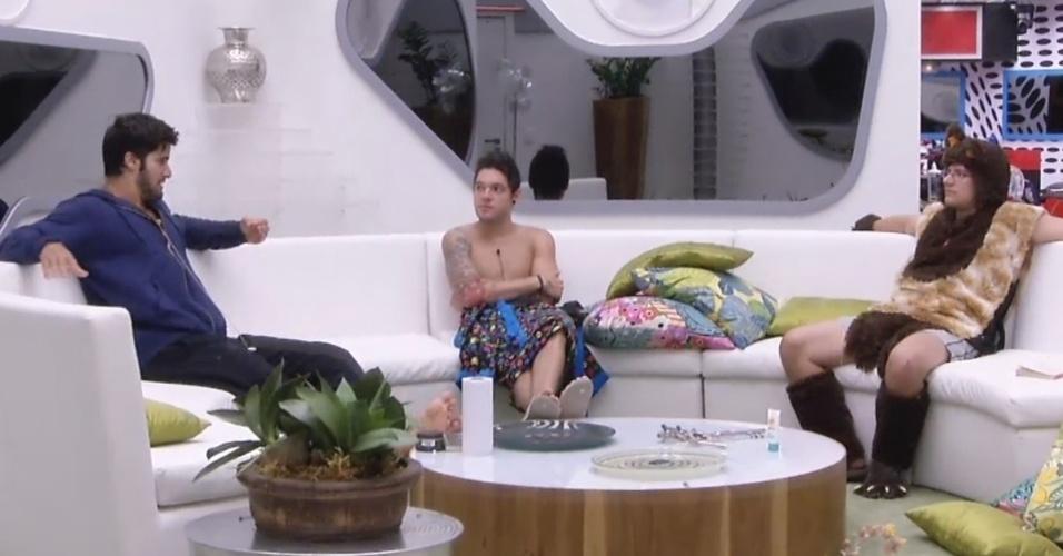 16.fev.2013 - Marcello, Nasser e Ivan conversam sobre super-heróis na sala de estar
