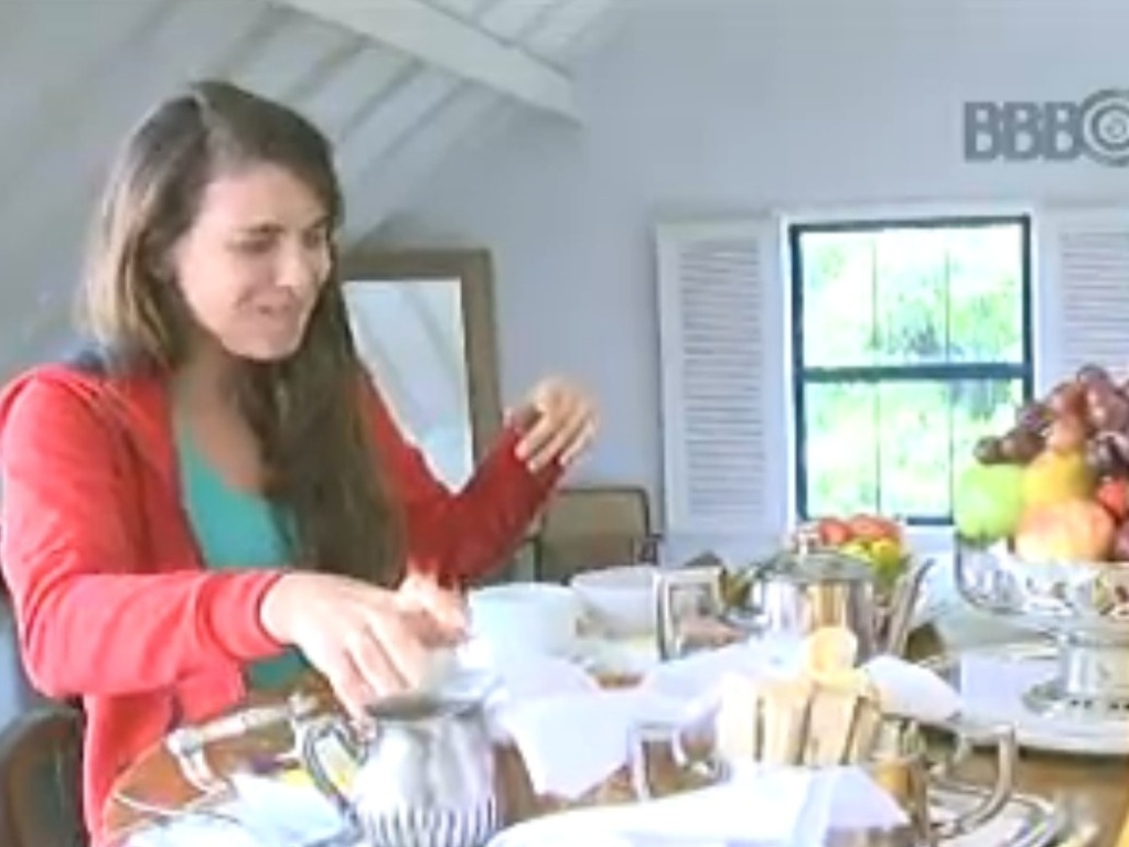 16.fev.2013 - No início de sua estada, Kamilla aproveita o café da manhã do hotel