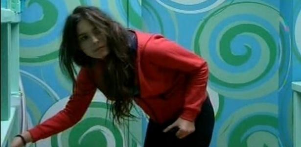 """16.fev.2013 - Procurando uma pomada contra alergia, Kamilla acabou sendo """"sequestrada"""" na despensa e passará o dia inteiro no SPA"""