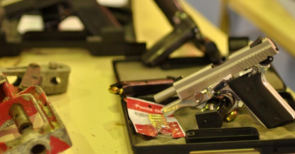 16.fev.2013 - Cinco advogados foram presos em Florianópolis (SC), neste sábado (16), acusados de participação nos atentados que aconteceram no Estado na última semana. Segundo informações, os advogados ajudaram os bandidos com o repasse de informações privilegiadas. Foram apreendidos armas, munição e equipamentos eletrônicos para os ataques