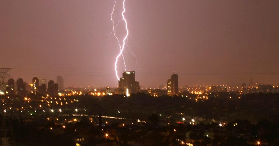 16.fev.2013 - Raios iluminaram o céu durante chuva que atingiu a região da zona oeste de São Paulo