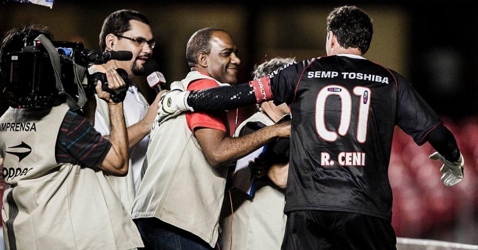 16.fev.2013 - Rogério Ceni, goleiro do São Paulo, é entrevistado por um batalhão de repórteres após falhar em gol do Ituano, em partida válida pela 8ª rodada do Paulistão