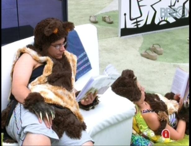 16.fev.2013 - Vestidos de ursinho, como castigo do anjo dado por Natália, Ivan e Fernanda leem na sala