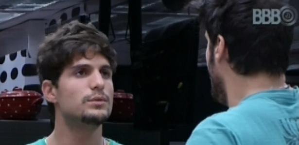 André e Marcello conversam sobre Fernanda