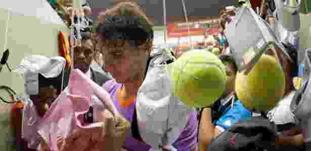 Fãs penduraram objetos para que Rafael Nadal pudesse autografar na saída da quadra do Ibirapuera - Marcelo Ferrelli/inovafoto