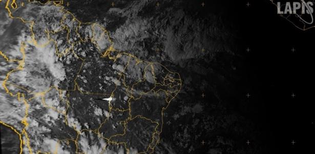 Imagem de satélite de quinta-feira (14) mostra ponto iluminado entre Estados do Mato Grosso e Tocantins que seria o meteoro que atingiu a Rússia - Divulgação - Lapis/Ufal