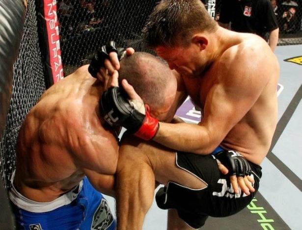 16.fev.2013 - Tom Watson acerta joelhada em vitória sobre Nedkov
