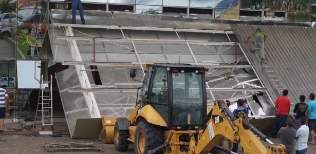 A marquise da fachada do recém-inaugurado Hospital Regional Norte, em Sobral (CE), desabou neste domingo (17)