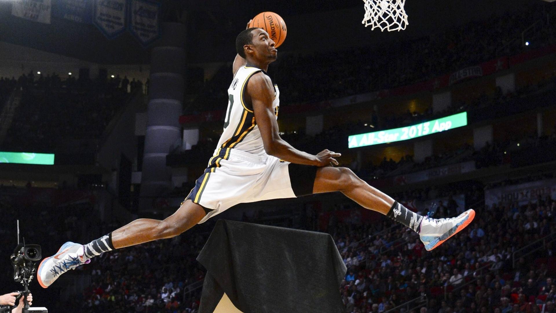 16.fev.2013 - Campeão no ano anterior, Jeremy Evans salta um quadro durante o concurso de enterradas da NBA