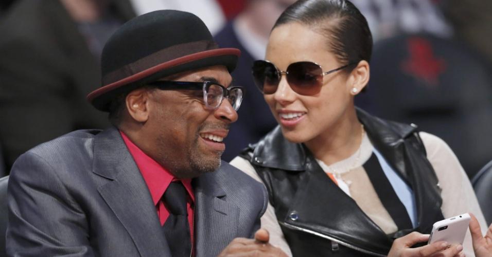b5a8dd02e0695 16.fev.2013 - Cineasta Spike Lee conversa com a cantora Alicia Keys durante