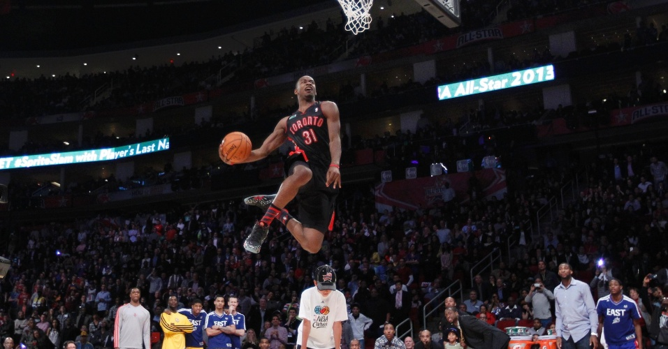 16.fev.2013 - Terrence Ross, do Toronto Raptors, salta filho do CEO do Twitter e conquista o título do concurso de enterradas