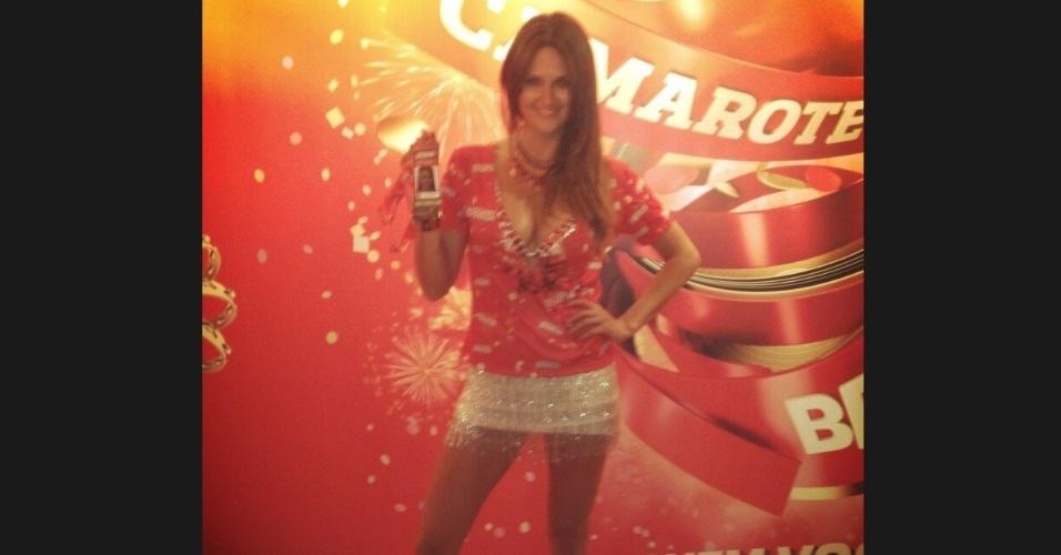 17.fev.2013 - A paraguaia Leryn Franco, de minissaia, mostra seu crachá do camarote da Brahma no Carnaval do Rio de Janeiro