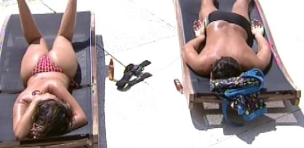 17.fev.2013 - André e Anamara, únicos acordados no início desta tarde, aproveitam dia bonito para tomar banho de sol