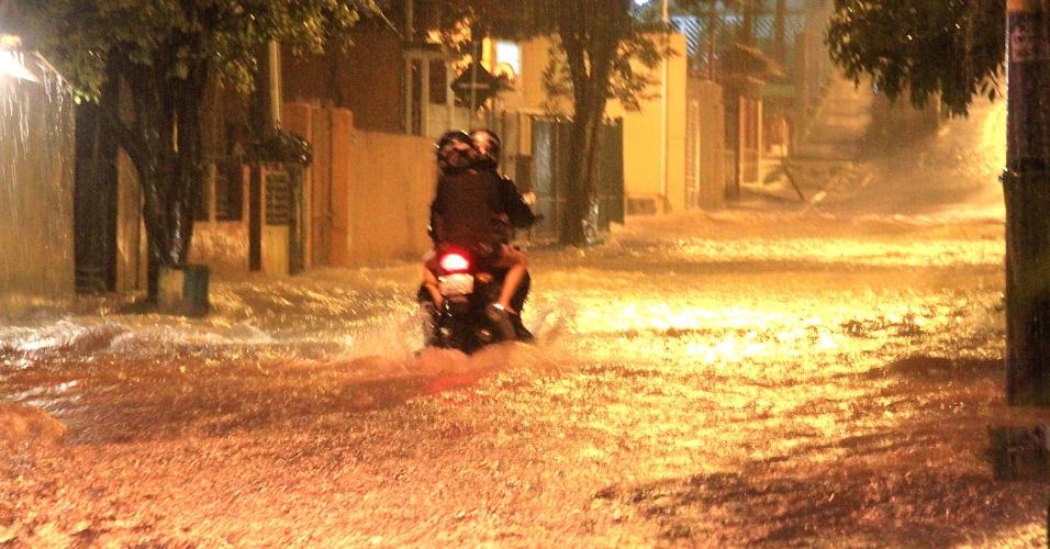 17.fev.2013 - Chuva forte que atingiu São Paulo provocou alagamentos em vários pontos da capital paulista, como na rua Donato Luongo, em Mandaqui, na zona norte