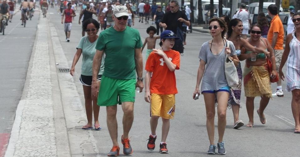 17.fev.2013 - De férias no Brasil, o ator Harrison Ford caminhou pelo calçadão de Ipanema, na zona sul do Rio. Ele estava acompanhado da mulher, Calista Flockhart e do filho, Liam
