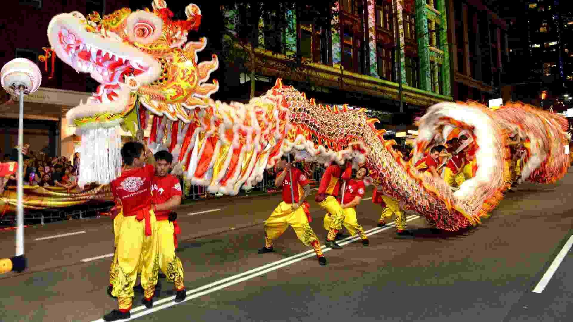 17.fev.2013 - Dragão anima multidão durante desfile do Ano Novo Chinês em Sydney, na Austrália, neste domingo (17). O evento contou com mais de 3.500 artistas chineses e australianos - William Wset/AFP