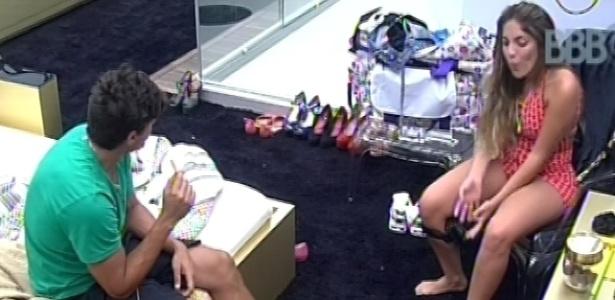 17.fev.2013 - Eliéser, André e Anamara conversam no quarto do líder sobre sexo