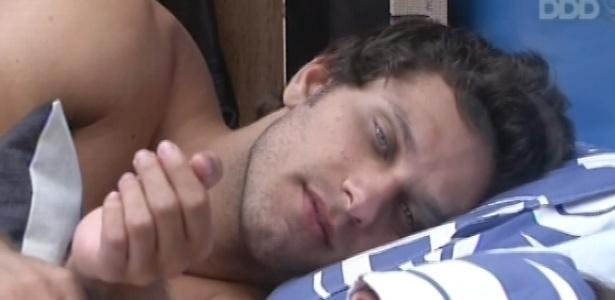 17.fev.2013 - Eliéser observa Kamilla dormir após a prova da comida