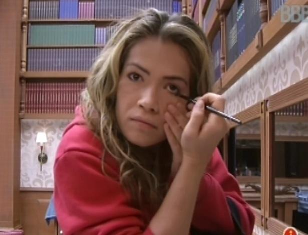 """17.fev.2013 - Fani se maquia enquanto aguarda a prova da comida na casa do """"BBB13"""""""