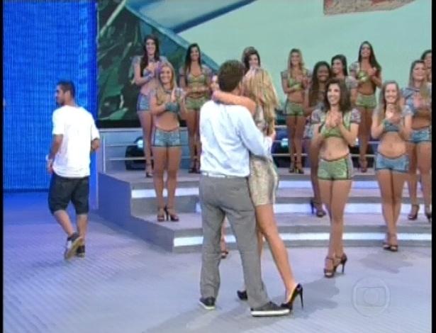 """17.fev.2013 - Aslan correu para abraçar Marien no palco do """"Domingão do Faustão"""" (Globo)"""