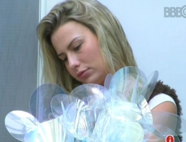 17.fev.2013 - Fernanda acorda com o toque de despertar mas permanece cansada na sala da casa