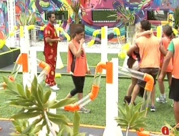 17.fev.2013 - Grupo laranja comemora a conquista da casa grande na prova da comida