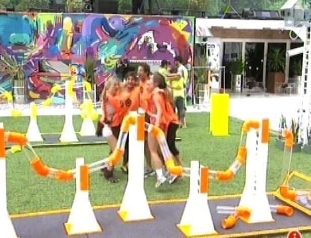 17.fev.2013 - Grupo laranja comemora a vitória na prova da comida e poderá desfrutar do bom e do melhor nesta semana