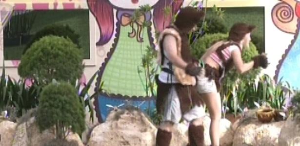 17.fev.2013 - Ivan e Fernanda são acordados nesta manhã para cumprir o castigo do monstro no quintal da casa do