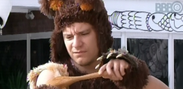 17.fev.2013 - Ivan se lambuza de mel nesta manhã para cumprir o castigo do monstro