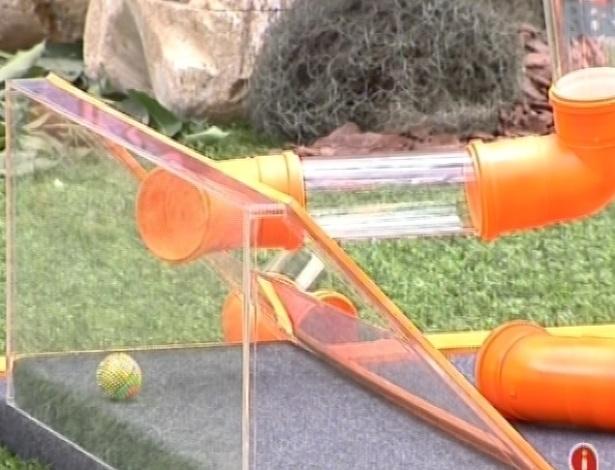 17.fev.2013 - Kamilla consegue passar a bolinha pela tubulação mais rápido que Andressa, e torna o grupo laranja campeão